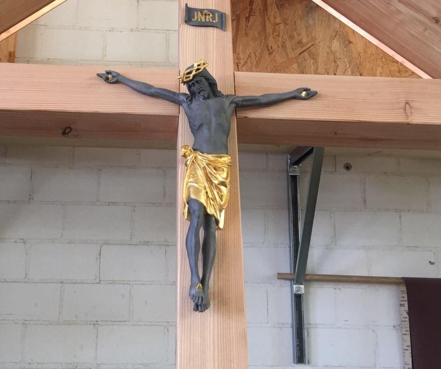 Chruzifix aus Zinn strahlen. Vorbereitung zur Vergoldung